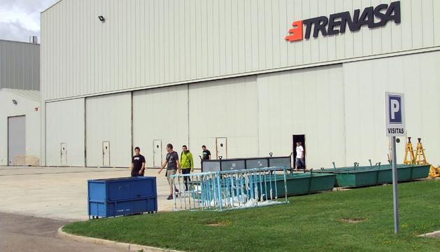 Varios trabajadores de Trenasa, a su salida ayer de la empresa tras concluir su jornada de trabajo