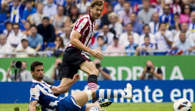 Fernando Llorente, en la jugada en la que marcó el segundo gol del Athletic ante el Espanyol