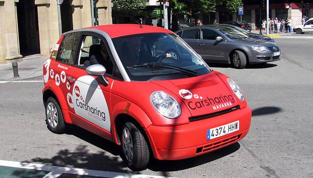 Imagen de un vehículo eléctrico Car Sharing modelo Think City en Pamplona.