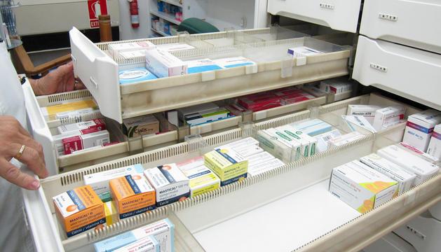 Varios cajones de una farmacia con medicamentos.