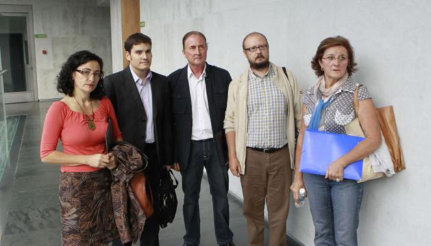 Desde la izquierda, Lourdes Escribano (hija de afectados), Eduardo Pastor (ADICAE), Jesús Sánchez (afectado), Paco Sanz (ADICAE) y María Pilar Torrecilla (afectada), ayer en el Parlamento foral.