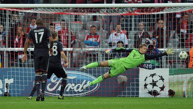 El arquero del Bayern Munich Manuel Neuer (d) recibe un gol del paraguayo Nelson Valdez (i) del Valencia.