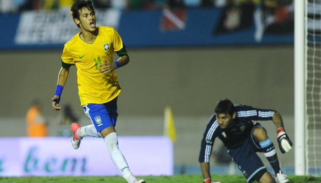 Neymar celebra su gol marcado de penalti en la ida del superclásico de las américas ante Argentina disputada en el estadio Serra do Dourada de Goiania (Brasil).