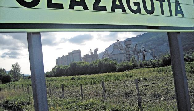 Al fondo, aspecto parcial de las instalaciones de Cementos Portland en Olazagutía