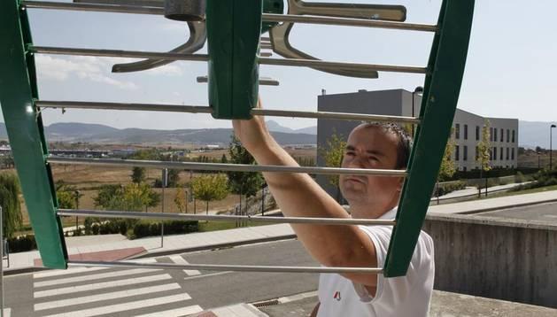 El presidente de Anesitel, Asier Lasa Etxeberria, de Lasa Comunicaciones, revisa una antena.