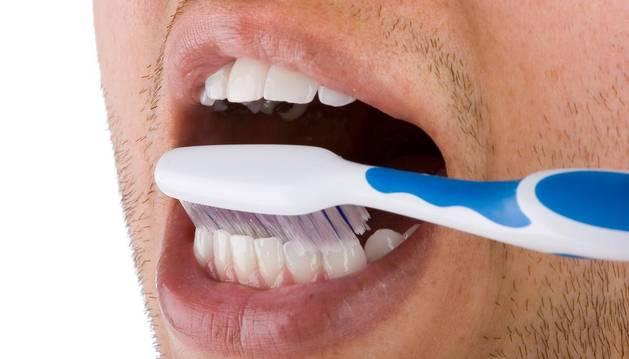 Las mujeres tienen mayor prevención, ya que el 77,4 por ciento acude  alguna vez al dentista a realizarse revisiones