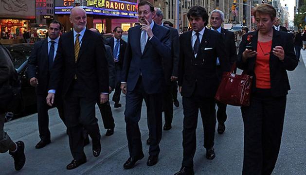 Mariano Rajoy pasea por la Quinta Avenida neoyorquina fumando un puro