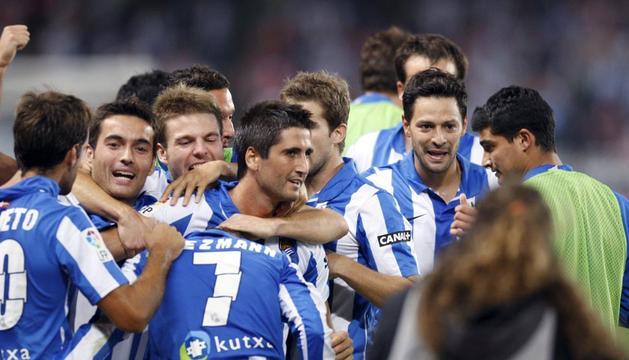 Los jugadores de la Real Sociedad celebran uno de los goles frente al Athletic durante el partido correspondiente a la sexta jornada de la Liga