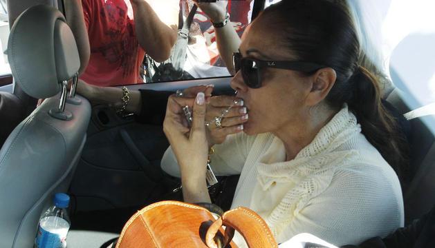 Pantoja, en el interior de su coche besa un rosario tras finalizar la sesión del juicio por blanqueo de capitales.