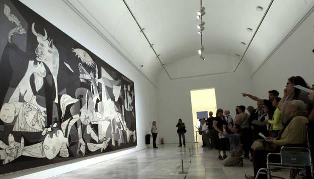 Un grupo de personas contempla el Guernica, de Picasso, en su 75 aniversario
