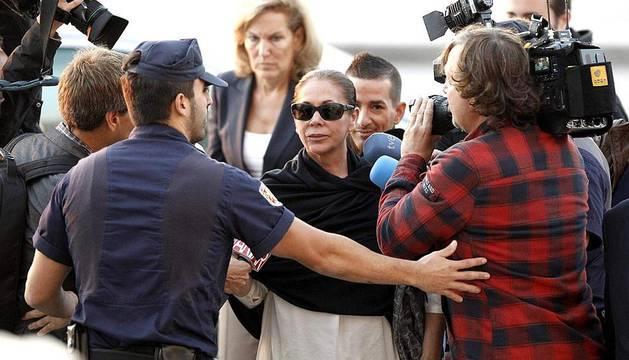 Isabel Pantoja y el exalcalde de Marbella Julián Muñoz son juzgados en Málaga por blanqueo de capitales.