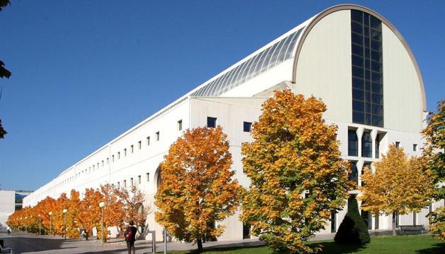 Imagen de la fechada de la biblioteca de la UPNA.