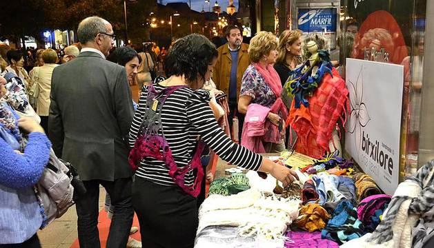 Con el fi de promover el consumo de sus productos, el Ensanche Área Comercial ha organizado La Nuit ensanche, una iniciativa que fue bien acogida por los pamploneses que salieron a la calle a visitar los locales de la zona.