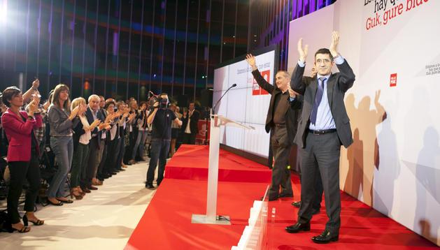 El Lehendakari y candidato a la reelección por el PSE-EE, Patxi López (dcha.), aplaude a los simpatizantes tras su discurso durante el acto de inicio de campaña de los socialistas, en Vitoria.