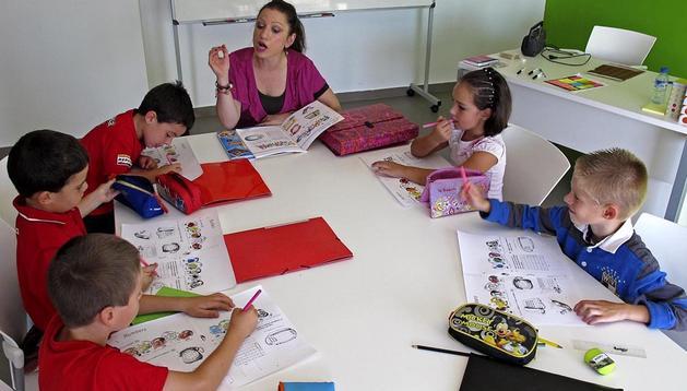 Varios alumnos de Viana durante una clase de inglés el pasado verano