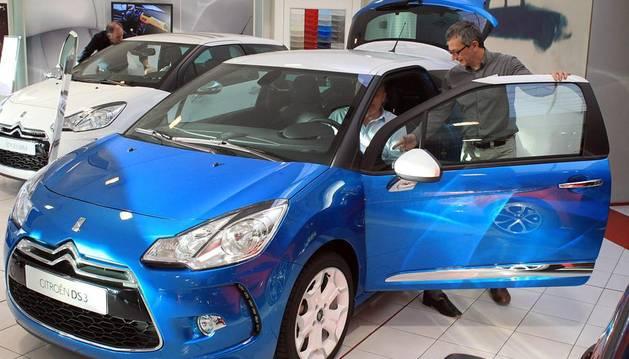Un cliente prueba un coche en un concesionario