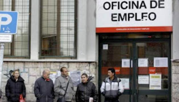 Colas de personas ante una oficina del INEM.