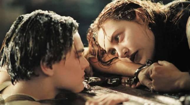 La popular escena en la que Jack le cede la tabla a Rose haciendo que ella se salve tras el naufragio
