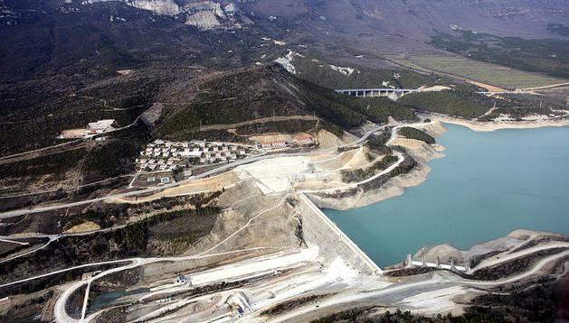 Imagen aérea de las obras en torno a la actual presa de Yesa, sobre la que se apoyará la nueva.
