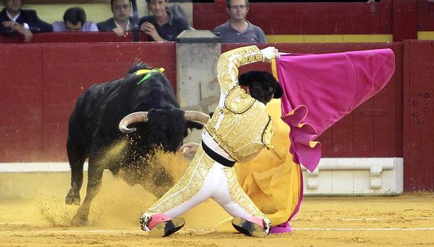 Juan José Padilla, que cortó dos orejas, salió a hombros en la séptima corrida de la feria del Pilar, en su vuelta al coso de