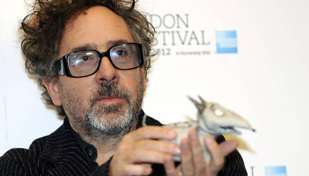 El director estadounidense Tim Burton sostiene un muñeco de Frankenweenie, su última película, que inaugura la 56 edición del Festival de Cine de Londres.