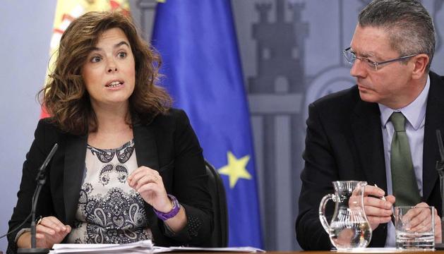 La vicepresidenta Soraya Sáenz de Santamaría y el ministro de Justicia Alberto Ruíz-Gallardón, durante la rueda de prensa que han ofrecido tras la reunión del Consejo de Ministros