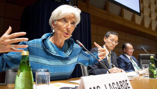 La directora gerente del Fondo Monetario Internacional (FMI), Christine Lagarde (izda.), participa en un encuentro con organizaciones sociales en el ámbito de la reunión anual del FMI y el Banco Mundial (BM) celebrado en Tokio.