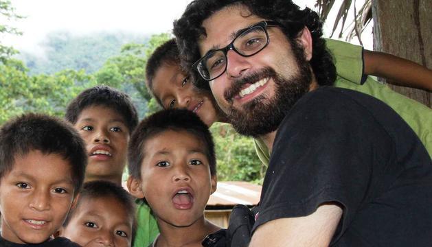 Javier Solana, junto a algunos niños peruanos.