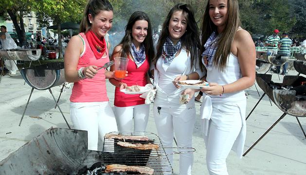 Una cuadrilla de jóvenes, en las fiestas de Villava