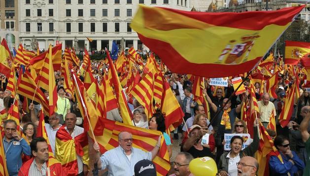 Varios miles de personas se reúnen en Barcelona por la unidad de España.