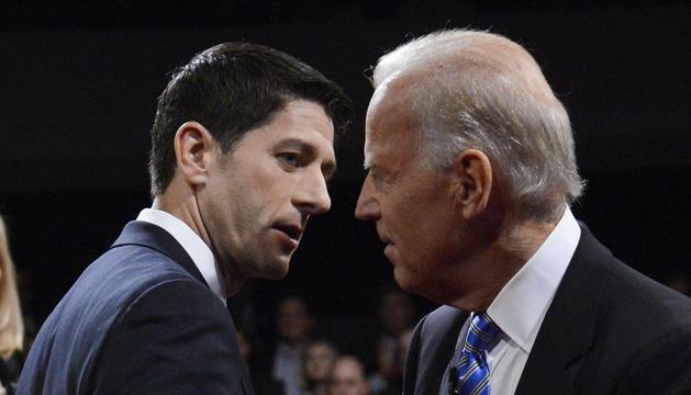 Los candidatos a la vicepresidencia de EEUU, el demócrata Joe Biden (i) y el republicano Paul Ryan (d), en el primer y único debate entre ambos, en Danville (EEUU).