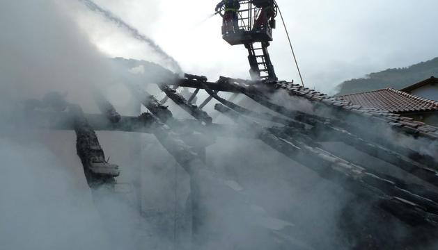 Los bomberos, sofocando el fuego de la casa de Errazkin