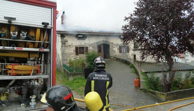 Los bomberos, en la casa incendiada de Errazkin