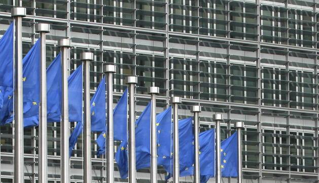 Una pareja se besa junto a la sede de la Comisión Europea en Bruselas