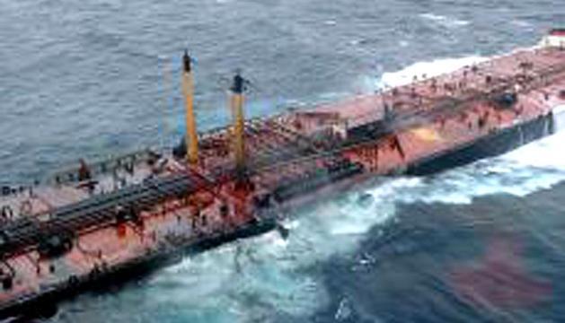 Imágenes de 2002, tras el hundimiento del petrolero Prestige frente a las costas de A Coruña