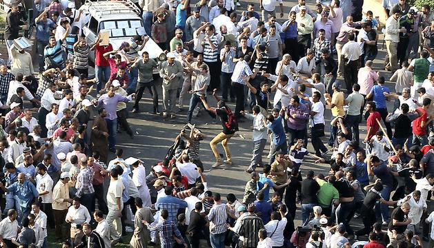 Una multitud de personas se enfrenta en un choque entre islamistas y liberales en la plaza Tahrir en El Cairo.