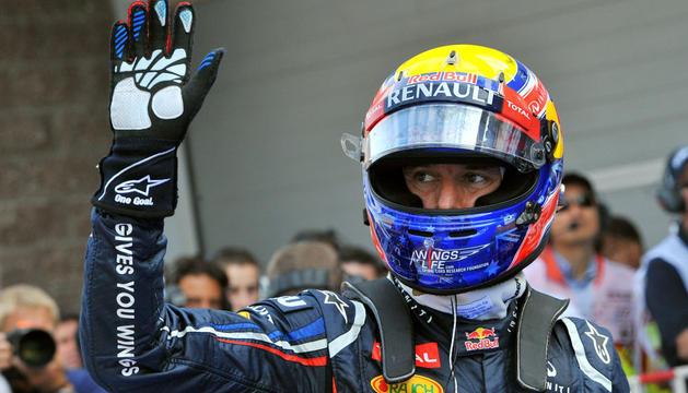 El australiano Mark Webber (Red Bull) saluda tras conseguir el primer puesto en la parrilla, en Corea.