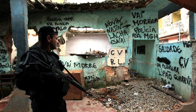 Un policía en una de las favelas.