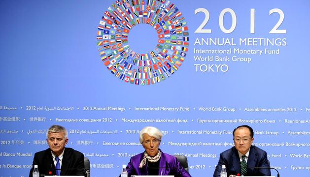 El presidente del Comité de Desarrollo, la directora del Fondo Monetario Internacional y el presidente del Banco Mundial, durante la rueda de prensa posterior a las reuniones.