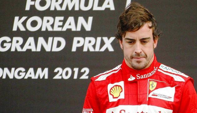 Fernando Alonso (Ferrari) permanece en el podio durante la entrega de trofeos del Gran Premio de Corea del Sur.