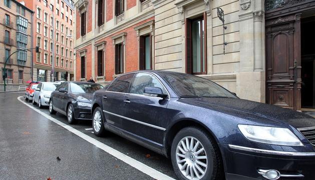 Coches oficiales en la puerta del Parlamento de Navarra.