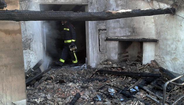 Imagen del porche derrumbado tras un incendio en una vivienda de Miranda de Arga