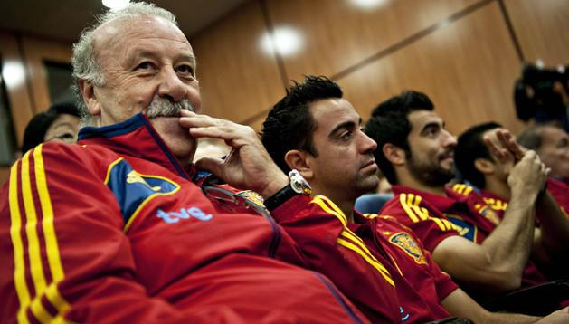 El seleccionador nacional de fútbol, Vicente del Bosque (izda.), acompañado por los jugadores Xavi Hernández (centro) y Raúl Albiol (dcha.) durante un acto en la Ciudad del Fútbol de Las Rozas.