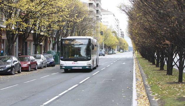 Un autobús circula por la avenida de Pío XII.
