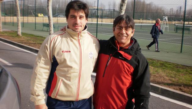 Albaro Zugarrondo (izda), junto a su entrenador Dionisio Muñoz, exhalterófilo olímpico