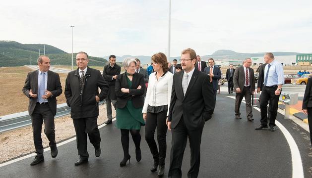 Dcha a izda.: Danau, la Presidenta Barcina, Goicoechea y Maya recorren la pista de pruebas