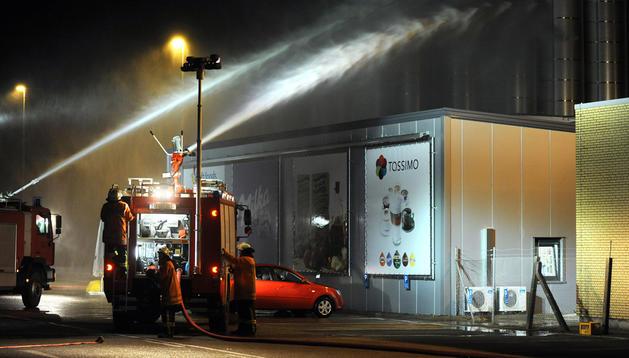 Bomberos intentan contener la nube tóxica en las inmediaciones de la fábrica de Kraft Foods.