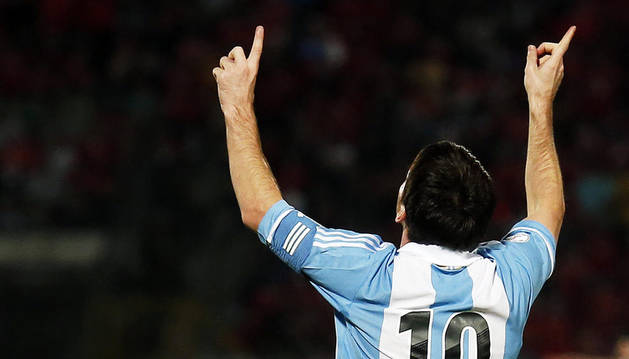 El delantero de Argentina, Lionel Messi, celebra el 1-0 ante Chile durante el partiro de las eliminatorias Sudamericanas para el Mundial 2014 en Brasil disputado en el Estadio Nacional en Santiago de Chile (Chile).