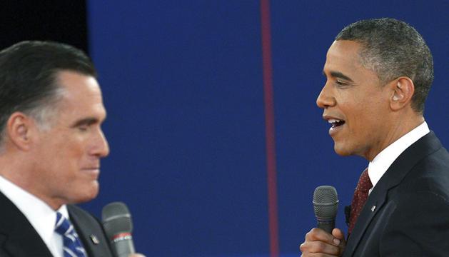 El presidente estadounidense, Barack Obama (dcha.), y el candidato republicano, Mitt Romney, participan en su segundo debate televisado en la Universidad Hofstra de Hempstead, Nueva York (EE.UU.).