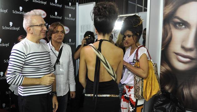 El diseñador francés, Jean Paul Gaultier (izda.), prepara su desfile durante el Cali Exposhow 2012 en Cali (Colombia).